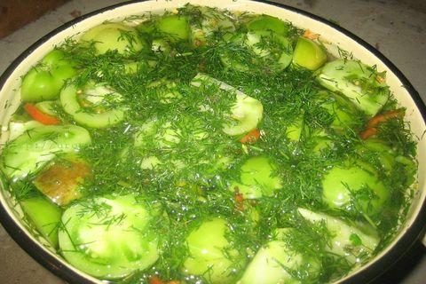Квашеные зелные помидоры с чесноком в ведре