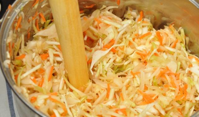 Как засолить капусту в банке: вкусно и быстро, простой рецепт на зиму