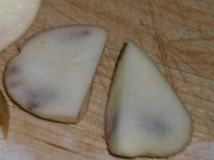 Почему чернеет картофель внутри при хранении
