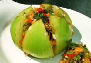 Зеленые помидоры с острым перцем квашенные