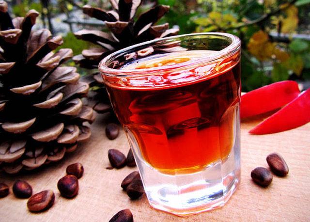 Настойка скорлупы кедровых орехов на водке: применение, польза и вред