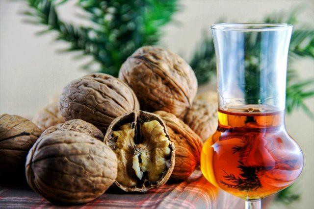 Как настоять самогон на ореховых перегородках: 6 рецептов