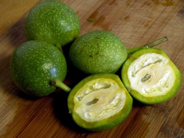 Зеленые орехи: какие болезни лечат, польза и вред, применение, рецепты